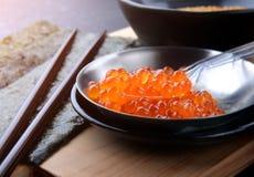 Huevos de color salmón o Ikura en estilo japonés Fotos de archivo