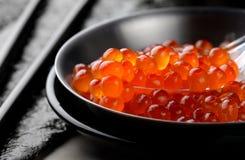 Huevos de color salmón o Ikura en estilo japonés Fotografía de archivo