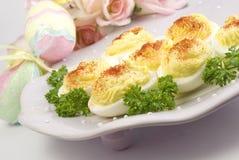 Huevos de Deviled en la placa de Pascua con las decoraciones Imágenes de archivo libres de regalías
