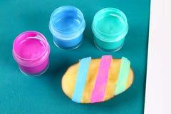 Huevos de Diy Pascua hechos del sello de la cartulina y de la patata, tarjeta de felicitación de Pascua en fondo verde fotos de archivo