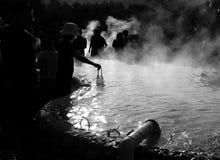 Huevos de ebullición en piscina de agua de las aguas termales Imágenes de archivo libres de regalías