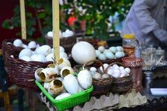 Huevos de ganso, comida china, delicadezas de Xinjiang Uyghur en el mercado de la noche de Kashgar imagen de archivo libre de regalías