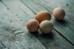 Huevos de la granja de Pascua en la tabla de madera rústica Opinión de ángulo Imagen de archivo