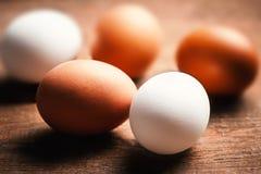 Huevos de la granja en un fondo rústico de madera Marrón y blanco frescos Imagen de archivo