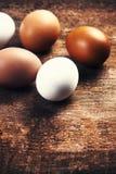 Huevos de la granja en un fondo rústico de madera Marrón y blanco frescos Foto de archivo libre de regalías