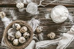 Huevos de la harina y de codornices Ingredientes para cocinar Vector de madera A Foto de archivo