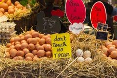 Huevos de la parada en el mercado Imagen de archivo
