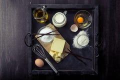 Huevos de los ingredientes de la hornada, harina, azúcar, mantequilla, vainilla, crema Fotografía de archivo libre de regalías