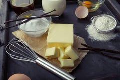 Huevos de los ingredientes de la hornada, harina, azúcar, mantequilla, vainilla, crema Fotografía de archivo