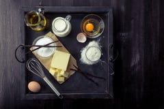 Huevos de los ingredientes de la hornada, harina, azúcar, mantequilla, vainilla, crema Foto de archivo