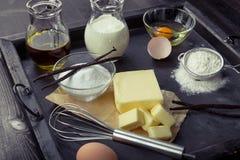 Huevos de los ingredientes de la hornada, harina, azúcar, mantequilla, vainilla, crema Imagen de archivo