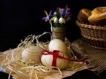 Huevos de madera con una cinta roja en la corteza del abedul Concepto de materiales naturales Los huevos se adornan con las flore Imágenes de archivo libres de regalías