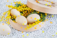 Huevos de madera de Pascua con una mimosa imagen de archivo libre de regalías
