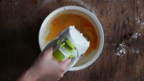 Huevos de mezcla de las yemas de huevo el revolver almacen de metraje de vídeo
