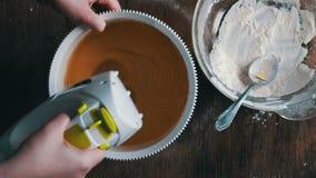 Huevos de mezcla de las yemas de huevo el revolver, vídeo acelerado metrajes
