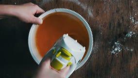 Huevos de mezcla de las yemas de huevo el revolver, vídeo acelerado almacen de video