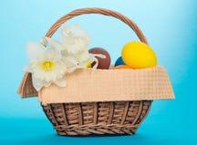 Huevos de Narcissuses y de Pascua en cesta Imagenes de archivo