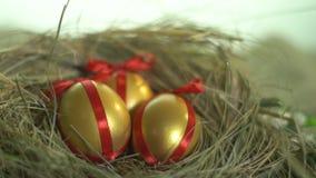 Huevos de oro con las cintas rojas en la jerarquía