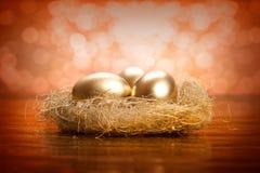 Huevos de oro en la jerarquía Imágenes de archivo libres de regalías