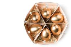Huevos de oro en una cesta Foto de archivo libre de regalías