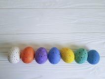 Huevos de Pascua abril de madera blanco mínimo imagen de archivo