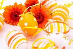 Huevos de Pascua adornados amarillos coloridos Fotografía de archivo