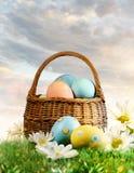 Huevos de Pascua adornados con las flores en la hierba foto de archivo libre de regalías