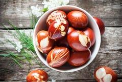 Huevos de Pascua adornados con las hojas frescas naturales Fotografía de archivo libre de regalías