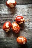 Huevos de Pascua adornados con las hojas naturales Fotografía de archivo