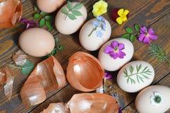 Huevos de Pascua adornados con las hojas y las flores Fotografía de archivo libre de regalías