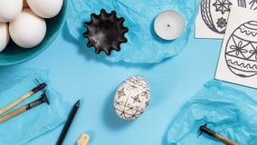 Huevos de Pascua adornados con técnica de teñido de la cera de abejas Foto de archivo