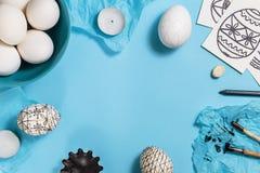 Huevos de Pascua adornados con técnica de teñido de la cera de abejas Foto de archivo libre de regalías