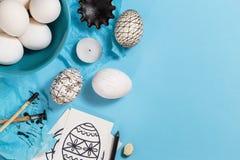Huevos de Pascua adornados con técnica de teñido de la cera de abejas Imagen de archivo libre de regalías
