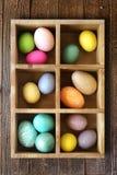 Huevos de Pascua adornados del día de fiesta adornados en una caja Imagenes de archivo