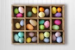 Huevos de Pascua adornados del día de fiesta adornados en una caja Imagen de archivo