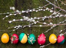 Huevos de Pascua adornados en fondo de madera Fotografía de archivo