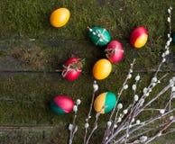 Huevos de Pascua adornados en fondo de madera Fotos de archivo