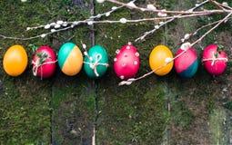 Huevos de Pascua adornados en fondo de madera Imagenes de archivo