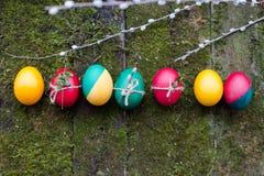 Huevos de Pascua adornados en fondo de madera Imágenes de archivo libres de regalías