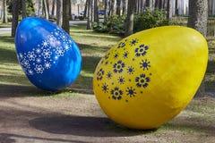 Huevos de Pascua adornados en la hierba, área pública Huevos de Pascua extremadamente grandes Jurmala, Letonia 23 de abril de 201 Fotos de archivo