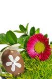 Huevos de Pascua adornados en la hierba Fotografía de archivo