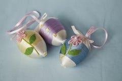 Huevos de Pascua adornados en un fondo azul Fotografía de archivo