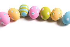 Huevos de Pascua adornados en un fondo blanco Imágenes de archivo libres de regalías