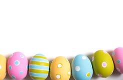 Huevos de Pascua adornados en un fondo blanco Imagen de archivo