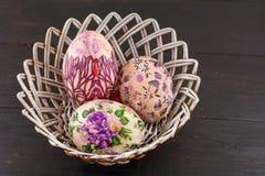 Huevos de Pascua adornados en una cesta Fotografía de archivo libre de regalías