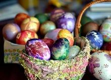 Huevos de Pascua agradables en cestas Imagenes de archivo