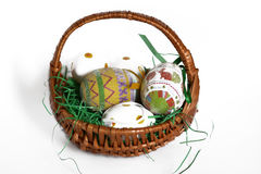 Huevos de Pascua agradables en una cesta Imagen de archivo