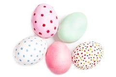 Huevos de Pascua aislados en el fondo blanco con el copyspace Feliz Foto de archivo