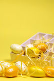 Huevos de Pascua amarillos con un rectángulo Imagenes de archivo