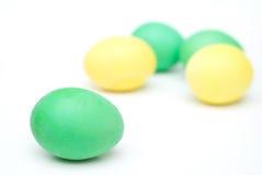 Huevos de Pascua amarillos y verdes aislados en blanco Imágenes de archivo libres de regalías
